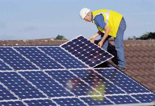 Operario-procede-a-instalar-paneles-solares-en-casa